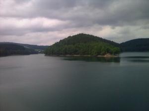 Blick von der Sperrmauer auf den Aggersee